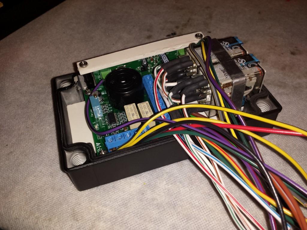 E-Streetquad Eerste behuizing gevuld met componenten en draden aangesloten