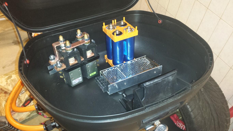 E-Streetquad Kabels naar controller en topkoffer bevestigd