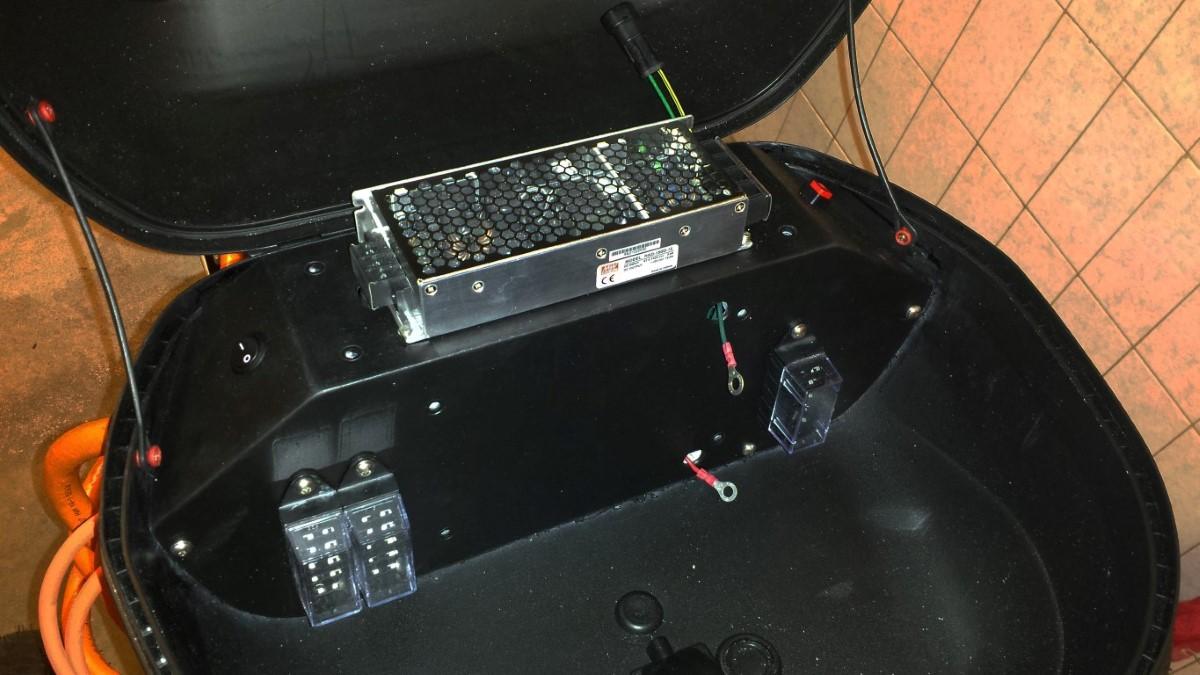 E-Streetquad Alles in topkoffer aangesloten en afgeschermd